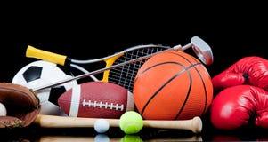 Sortierte Sportausrüstung auf Schwarzem stockbild