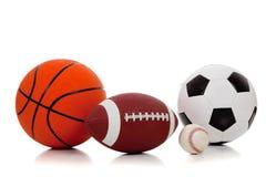 Sortierte Sportkugeln auf Weiß lizenzfreie stockbilder