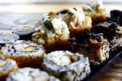 Sortierte Sushi auf einer Platte Stockfotos