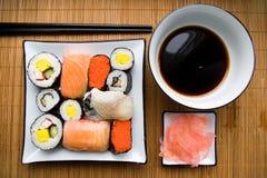 Sortierte Sushi auf Platte Lizenzfreie Stockfotografie