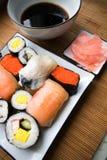 Sortierte Sushi auf Platte Lizenzfreie Stockfotos
