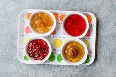 Sortierte Vielzahl von Staus und von Marmeladen; Rose, roter Pfeffer, Mandarine und zitronengelbe Schale in der kleinen Schüssel lizenzfreie stockfotografie