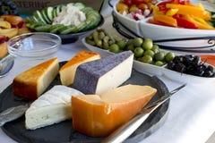 Sortierter Parteibehälter von Käsen und von Früchten Stockfotografie