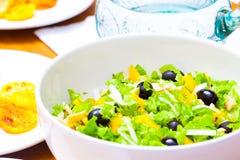 Sortierter Salat des grünen Blattkopfsalates mit Kalmar und schwarzen Oliven Lizenzfreies Stockfoto