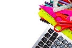 Sortierter Schulbedarf, einschließlich Stifte, Bleistifte, Scheren, Kleber und ein Machthaber, auf einem weißen Hintergrund Lizenzfreie Stockfotografie