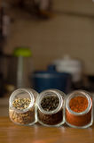 Sortierter Tee und Kaffee in den Gläsern auf dem Tisch Lizenzfreies Stockfoto
