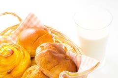 Sortiertes Brot mit einem Glas Milch Stockbild