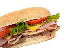 Sortiertes Fleischsandwich mit Festlegungen auf einem hoagie Stockfotografie