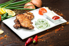 Sortiertes köstliches gegrilltes Fleisch mit Gemüse über den Kohlen auf einem Grill Stockfotos