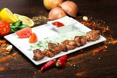 Sortiertes köstliches gegrilltes Fleisch mit Gemüse über den Kohlen auf einem Grill Lizenzfreies Stockfoto