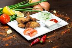 Sortiertes köstliches gegrilltes Fleisch mit Gemüse über den Kohlen auf einem Grill Stockbilder