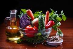 Sortiertes rohes Gemüse und Früchte Stockbild