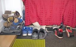 Sortiment ackumulation av slitna skor i huset Arkivfoton