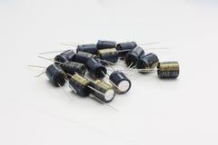 Sortiment av aluminium elektrolytiska kondensatorer Arkivfoto