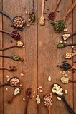 Sortiment av bönor och linser i träsked royaltyfria bilder