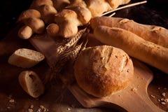 Sortiment av bakat bröd på tabellen Royaltyfri Fotografi