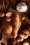Sortiment av bakat bröd på tabellen Royaltyfri Foto