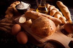 Sortiment av bakat bröd på tabellen royaltyfri bild