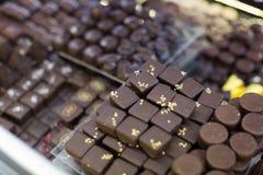 Sortiment av choklader med ganache- och bränd mandelfyllningar Arkivbild