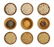 Sortiment av den hälsosamma ingrediensen i en träbow arkivbilder