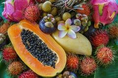 Sortiment av exotisk tropisk thailändsk frukt inklusive papayaen, rambutanen, Dragonfruit, mangosteenen och mango arkivfoton