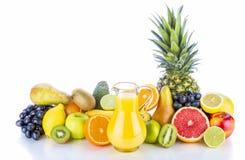 Sortiment av exotiska frukter och fruktsaft på vit Royaltyfri Foto