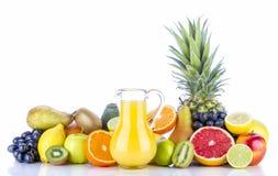 Sortiment av exotiska frukter och fruktsaft på vit Arkivbilder