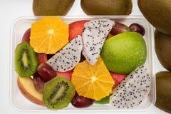 Sortiment av exotiska frukter på vit Arkivfoton