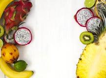 Sortiment av exotiska frukter på vit bakgrund Arkivbilder