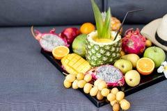 Sortiment av exotiska frukter på viter Arkivfoton
