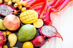 Sortiment av exotiska frukter på viter Royaltyfria Foton