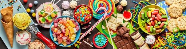 Sortiment av färgglade festliga sötsaker och godisen Royaltyfria Bilder