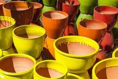 Sortiment av färgrika lerakrukor Arkivfoton