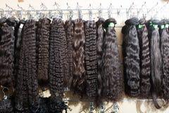 Sortiment av förlängningar för mänskligt hår royaltyfria bilder