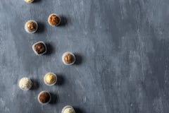 Sortiment av fina chokladgodisar, vit, mörker och att mjölka choklad på grå bakgrund Sötsaker bakgrund, bästa sikt fotografering för bildbyråer