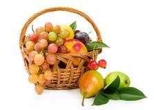Sortiment av frukter i en korg Arkivbild