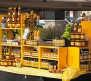 Sortiment av honung- och bivaxprodukter. Bondemarknad. Royaltyfria Bilder