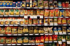 Sortiment av italiensk pasta, makaroni i en supermarket Siam Paragon. Bangkok Thailand. Royaltyfri Bild