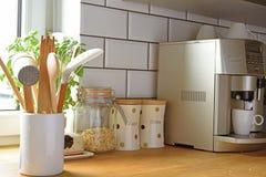 Sortiment av köksgerådtillbehör och utrustning Arkivfoto