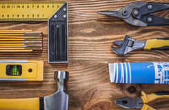 Sortiment av konstruktionsutrustning på wood brädedirec för tappning arkivbilder