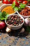 Sortiment av kryddor och nya organiska grönsaker, lodlinje arkivbilder