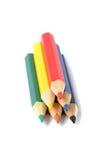 Sortiment av kulöra blyertspennor över vit Arkivfoto