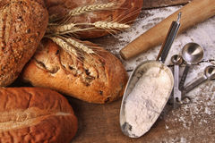 Sortiment av loaves av bröd med mjöl Arkivfoto