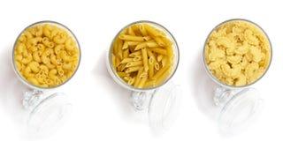 Sortiment av nudlar och pasta för att laga mat Produktlinje ett val av sädesslag och ingredienser i diversehandeln Arkivfoton