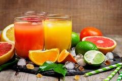 Sortiment av nya fruktsafter Fotografering för Bildbyråer