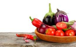 Sortiment av nya rå grönsaker på den gamla trätabellen med vit bakgrund Tomat aubergine, lök, chilipeppar fotografering för bildbyråer