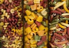 Sortiment av olik italiensk pasta nio Arkivfoto