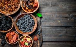 Sortiment av olika sorter av torkade frukter i bunkar arkivfoton
