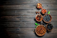 Sortiment av olika sorter av torkade frukter i bunkar arkivfoto
