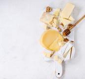 Sortiment av ost på träbräde royaltyfri bild